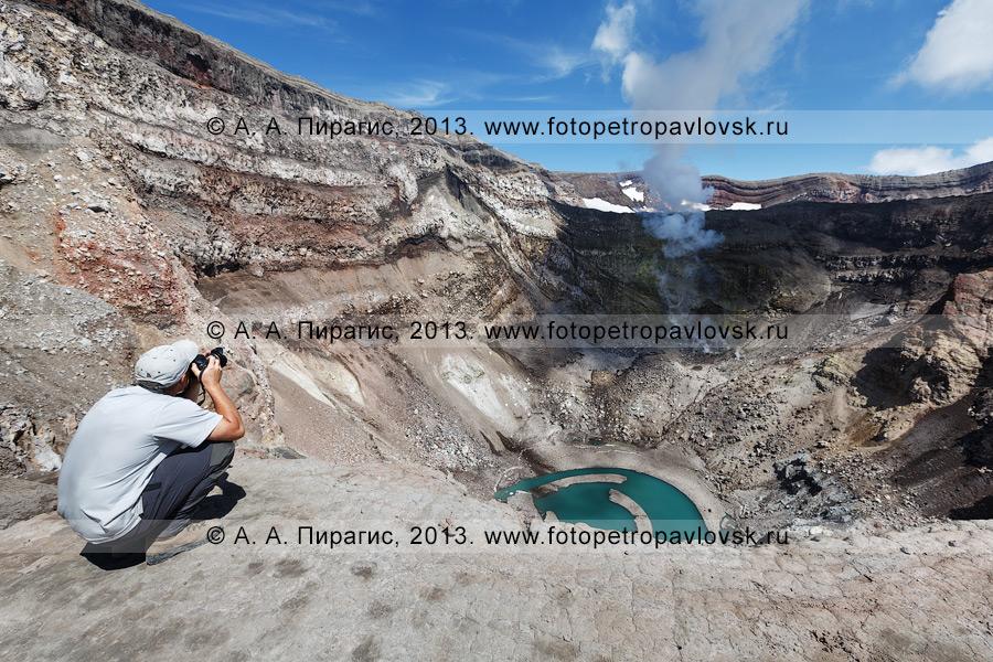 Фотография: камчатский турист фотографирует активный кратер вулкана Горелый на полуострове Камчатка
