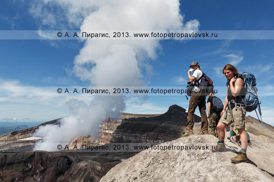 Фотография: туристы стоят на вершине вулкана Горелый и наблюдают за фумарольной активностью вулкана