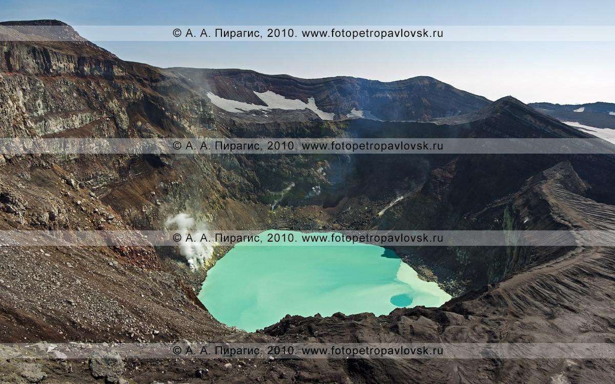 Фотография: действующий вулкан Горелый на Камчатке. Активный кратер вулкана Горелого, внизу — термальное кислотное озеро