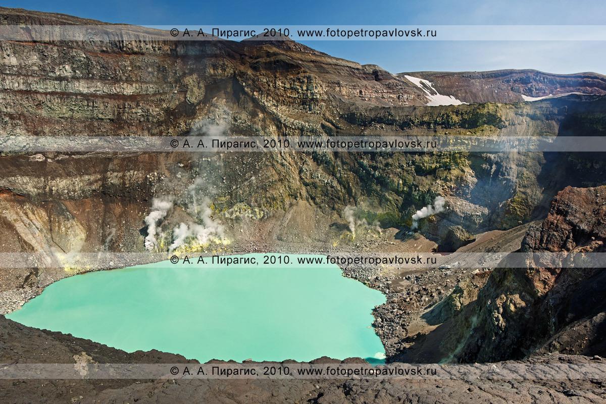 Фотография: действующий вулкан Горелый на Камчатке. Активный кратер, кратерное кислотное озеро