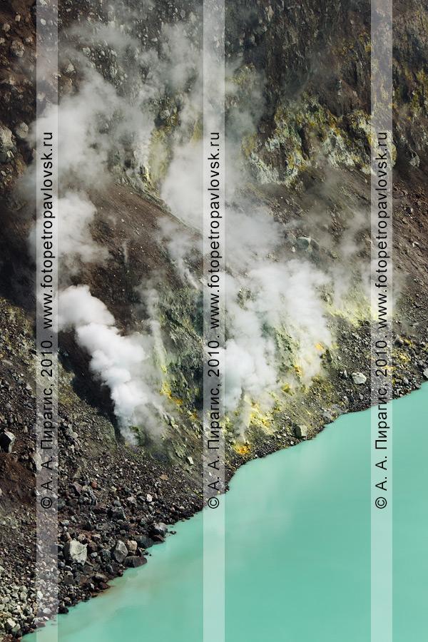 Фотография: камчатский действующий вулкан Горелый. Берег кратерного кислотного озера, выбросы парогазовой смеси