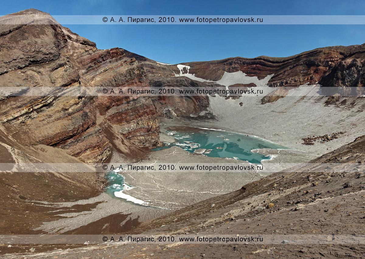 Фотография: активный вулкан Горелый на юге Камчатки. Один из кратеров, на дне которого лежит озеро. На стенках кратера видны слои продуктов извержения вулкана