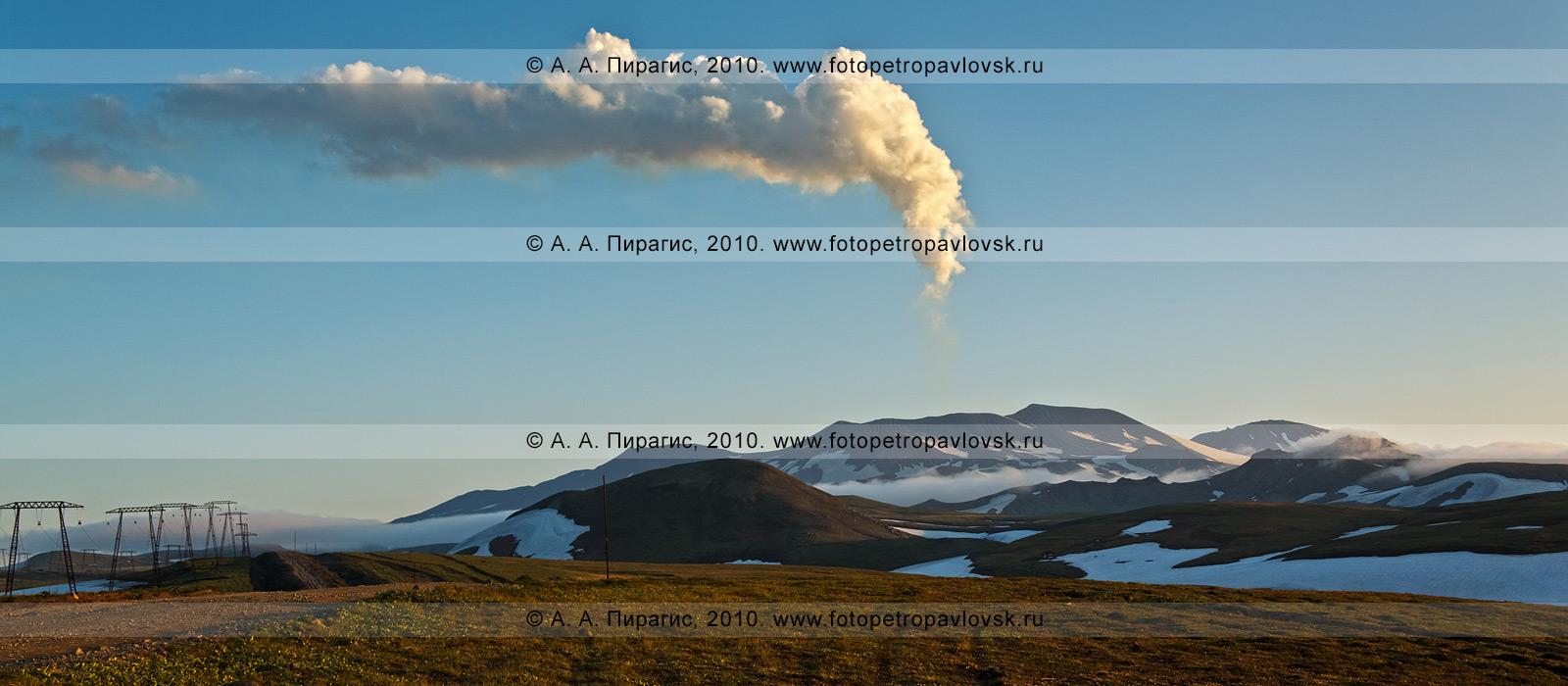 Фотография (панорама): действующий вулкан Горелый на юге полуострова Камчатка. Парогазовый выброс одного из кратеров вулкана Горелого (вид с севера). Фотография сделана на закате