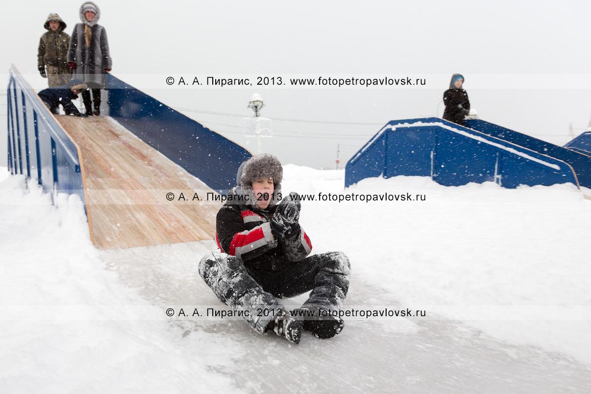 Фотография: мальчишка съезжает с ледяной горки. Петропавловск-Камчатский