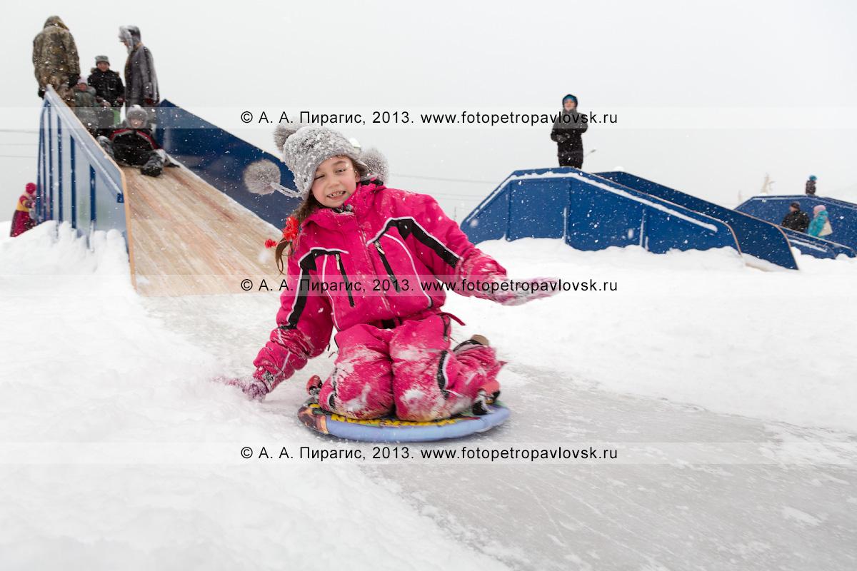 Фотография: девочка съезжает с ледяной горки. Петропавловск-Камчатский