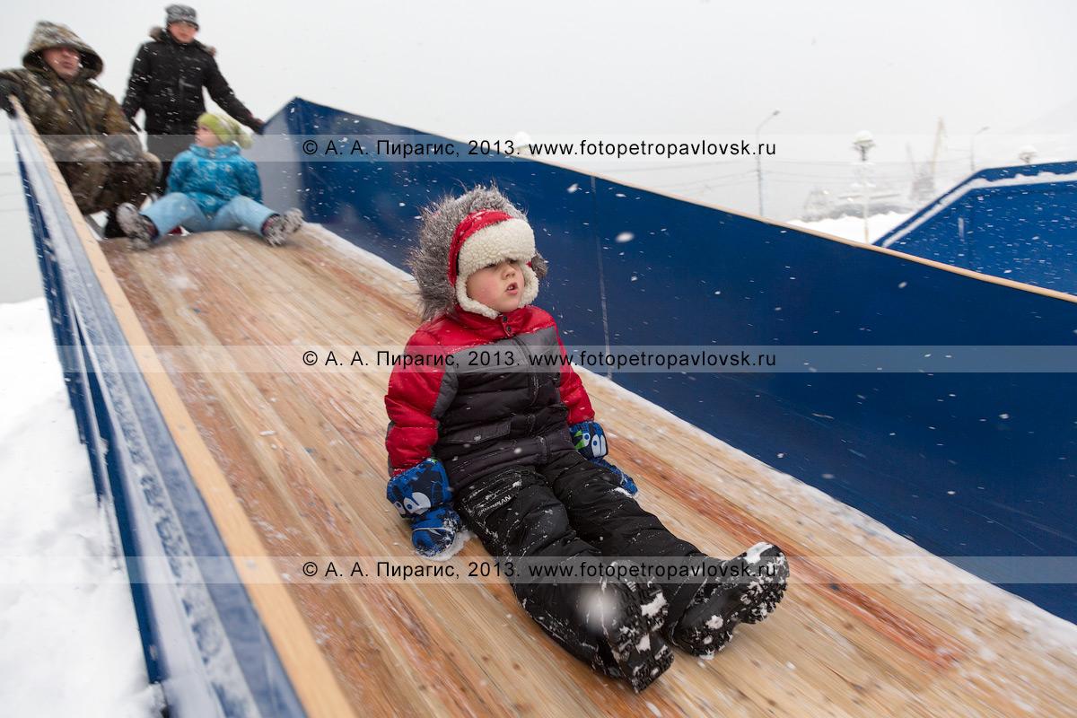 Фотография: маленький мальчик съезжает с ледяной горки. Петропавловск-Камчатский