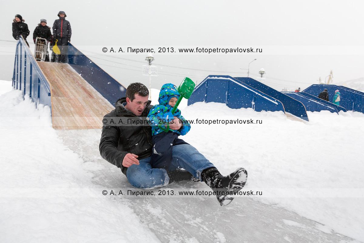 Фотография: папа с сыном съезжают с ледяной горки. Петропавловск-Камчатский