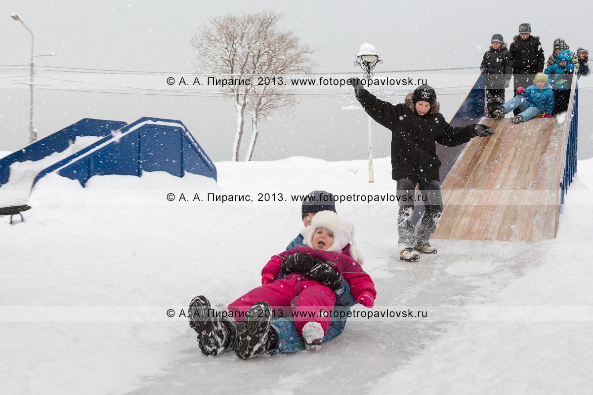 Фотография:дети катаются на ледяной горке. Петропавловск-Камчатский