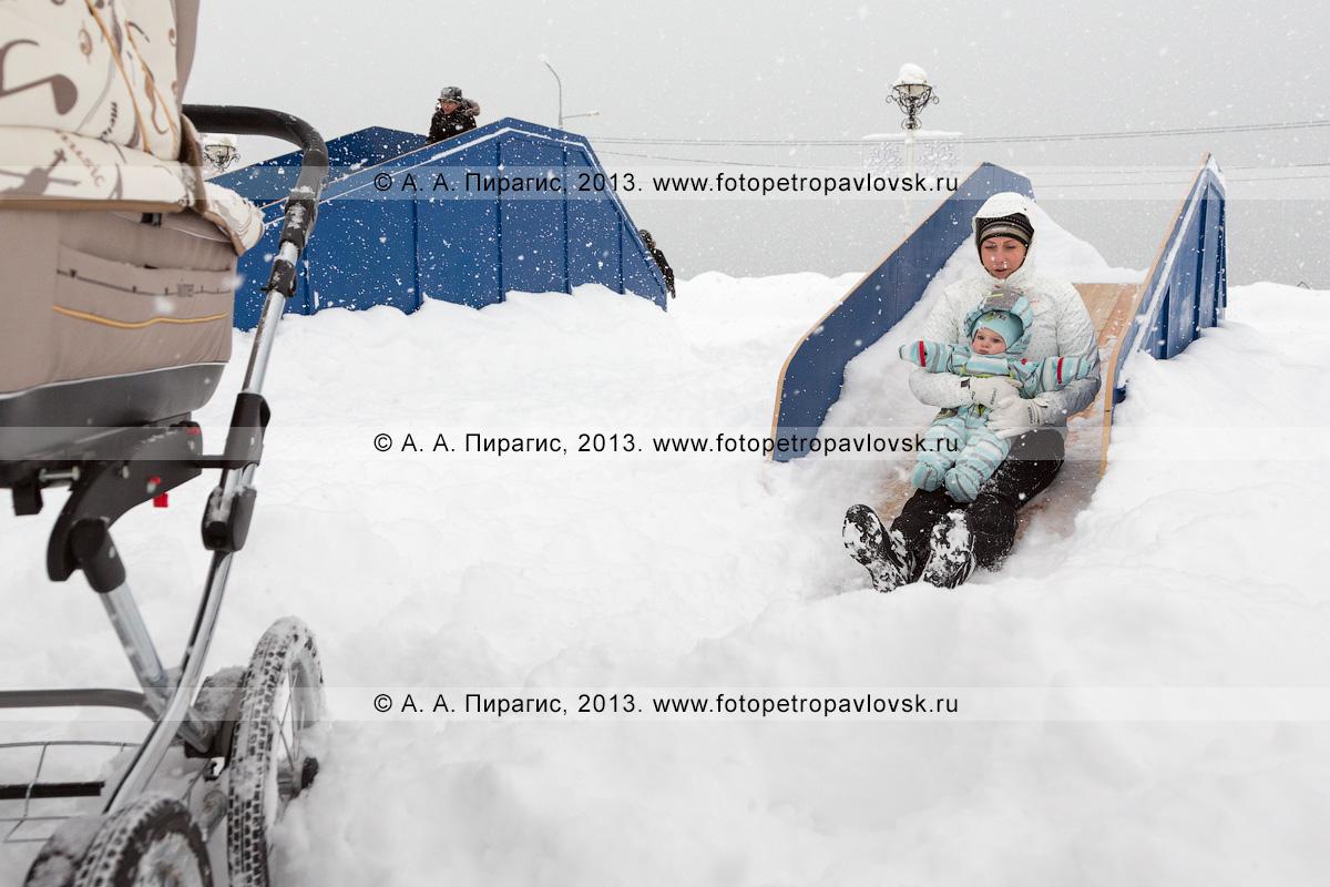 Фотография: мама с ребенком катаются на ледяной горке. Петропавловск-Камчатский