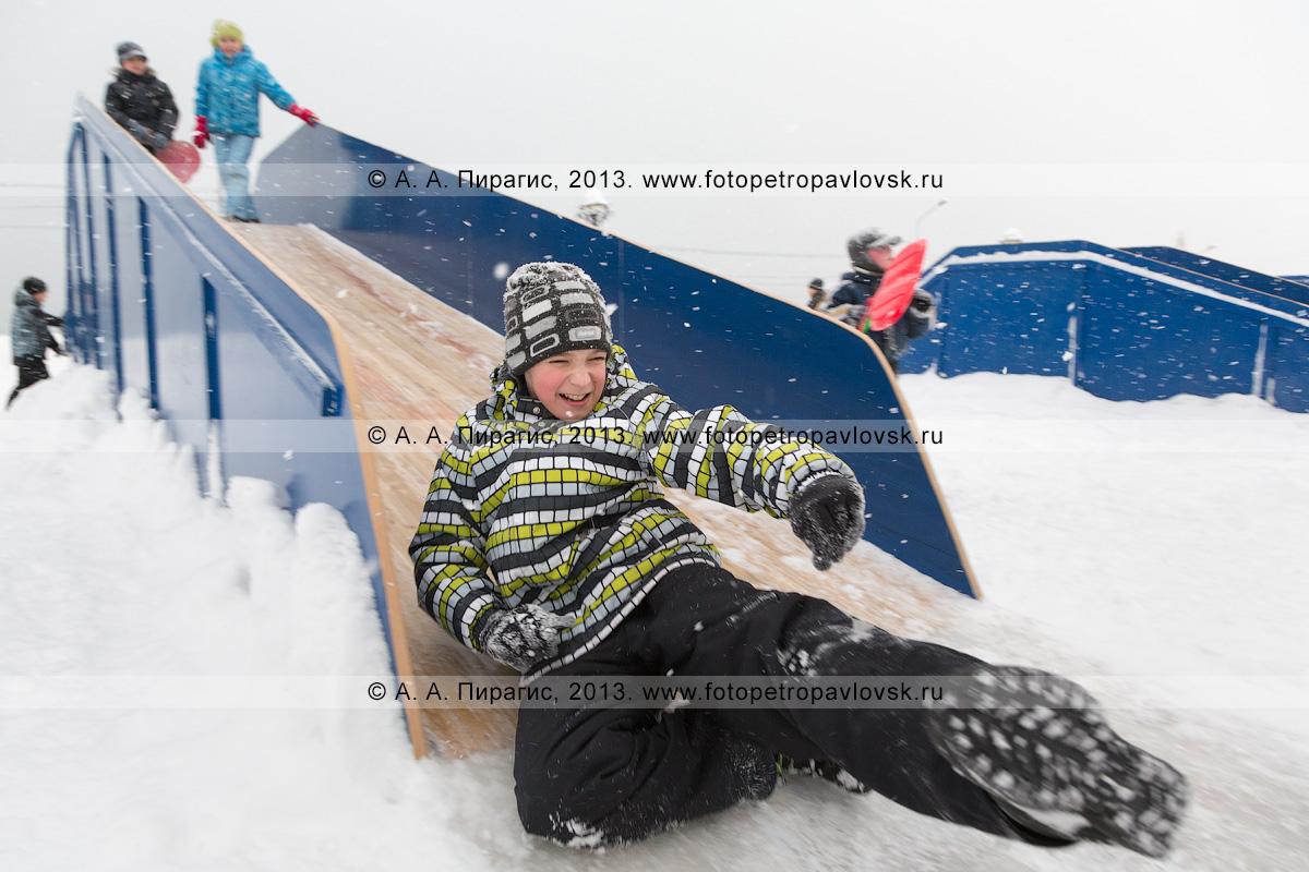 Фотография: мальчик съезжает с ледяной горки. Петропавловск-Камчатский