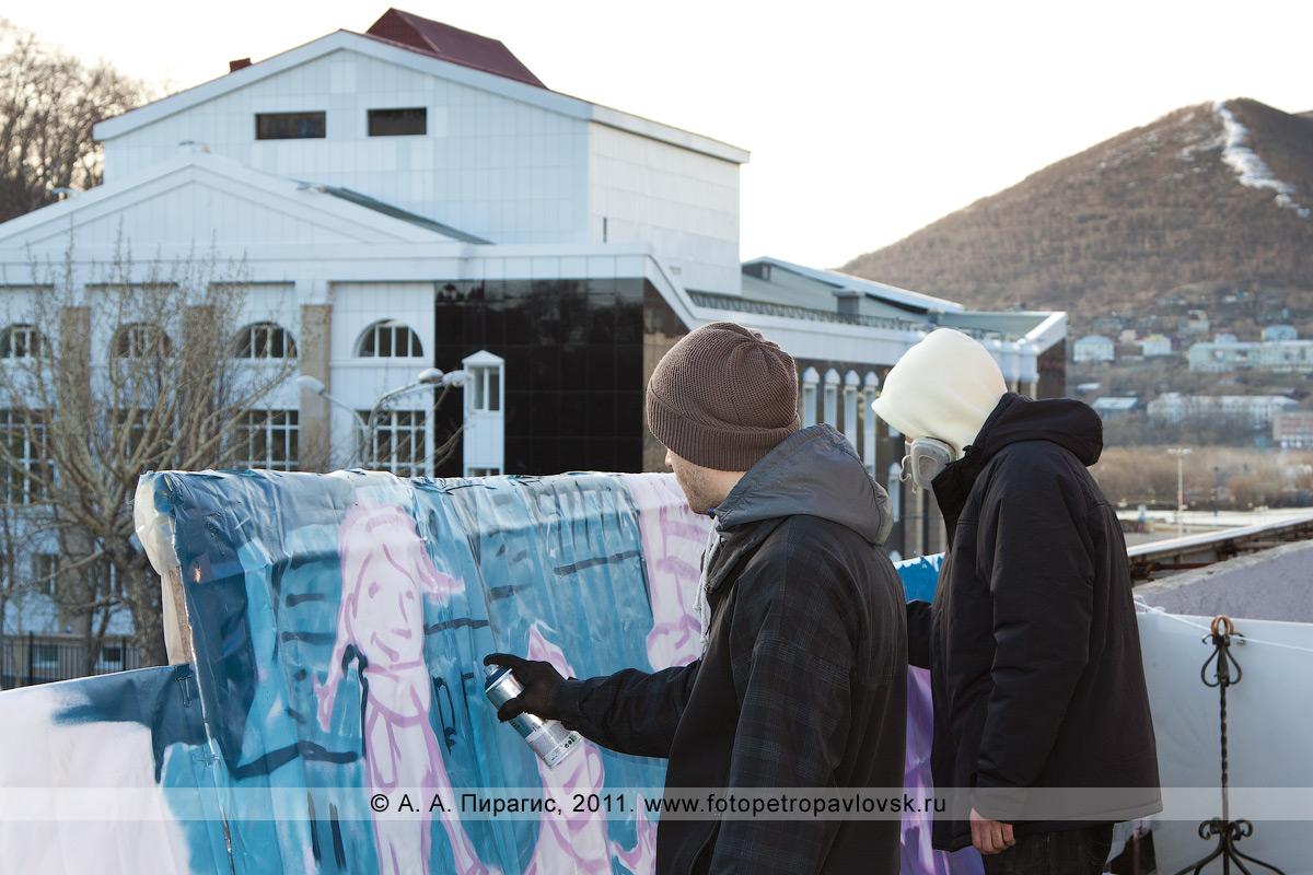 Фотография: камчатские граффитчики проводят граффити-акцию в Международный день музеев. Город Петропавловск-Камчатский, улица Ленинская