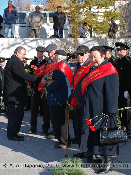 Данкулинец И. Ю. приветствует почетных граждан города Петропавловска-Камчатского