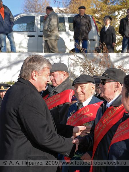 Скворцов В. В. приветствует почетных граждан города Петропавловска-Камчатского