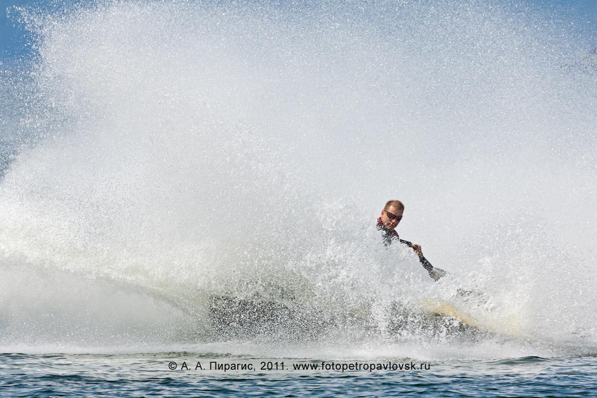 Фотография: фонтан брызг от гидроцикла (водного мотоцикла). Авачинская губа (Авачинская бухта) на Камчатке