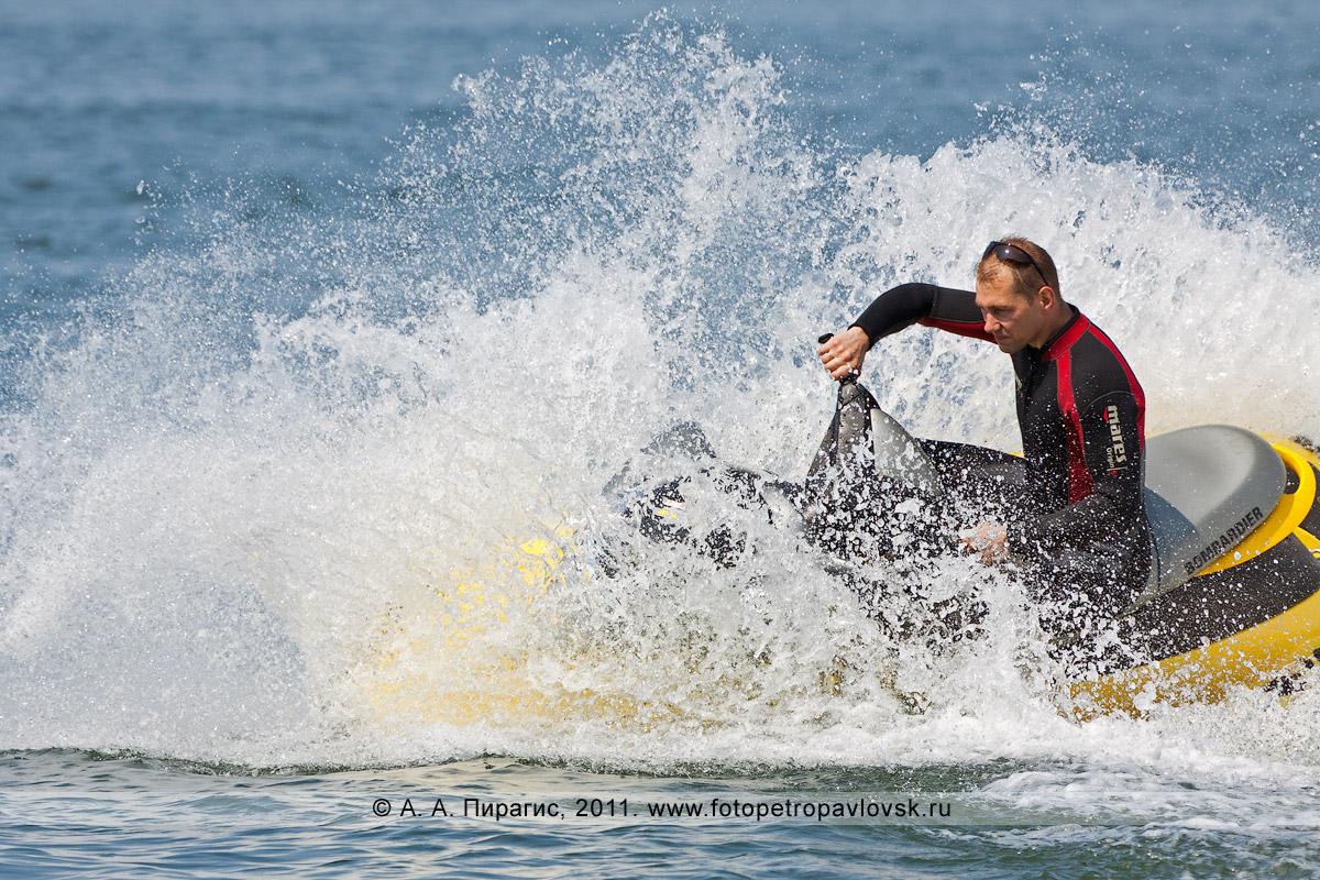 Фотография: крутой вираж на водном мотоцикле (гидроцикле). Авачинская губа (Авачинская бухта)