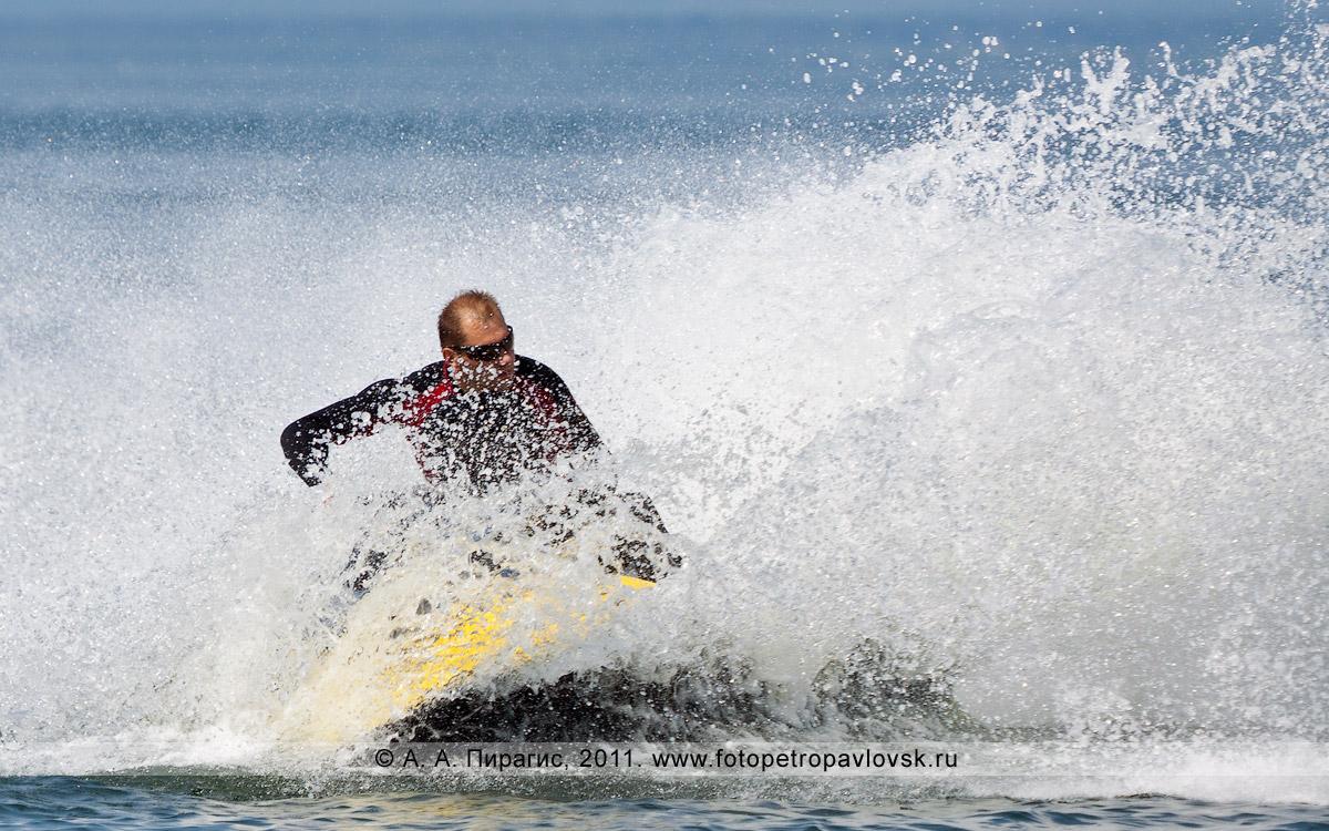 Фотография: крутой вираж на гидроцикле (водном мотоцикле) — фонтан брызг. Катание по Авачинской губе (Авачинской бухте)