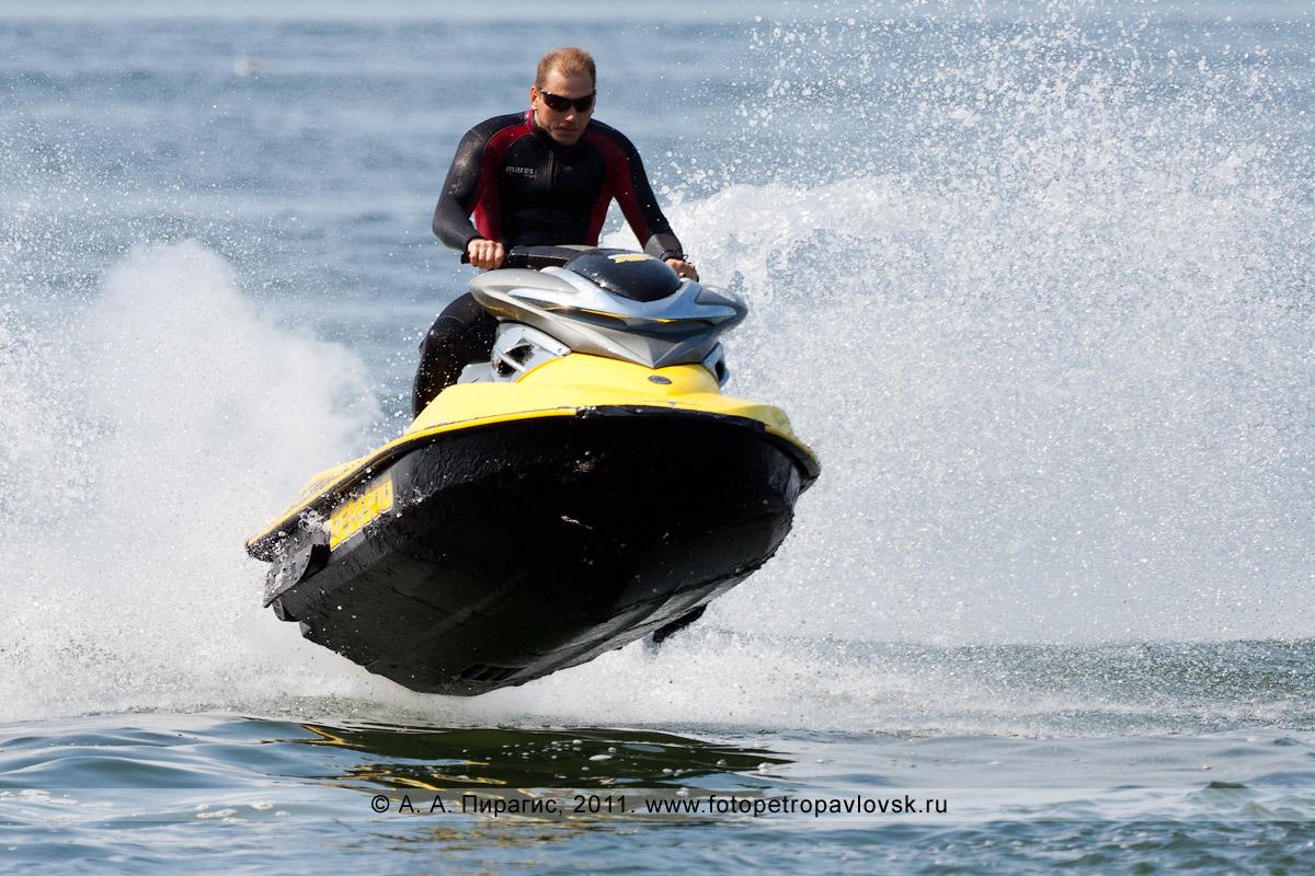 Фотография: прыжок на водном мотоцикле (гидроцикле). Авачинская губа (Авачинская бухта)
