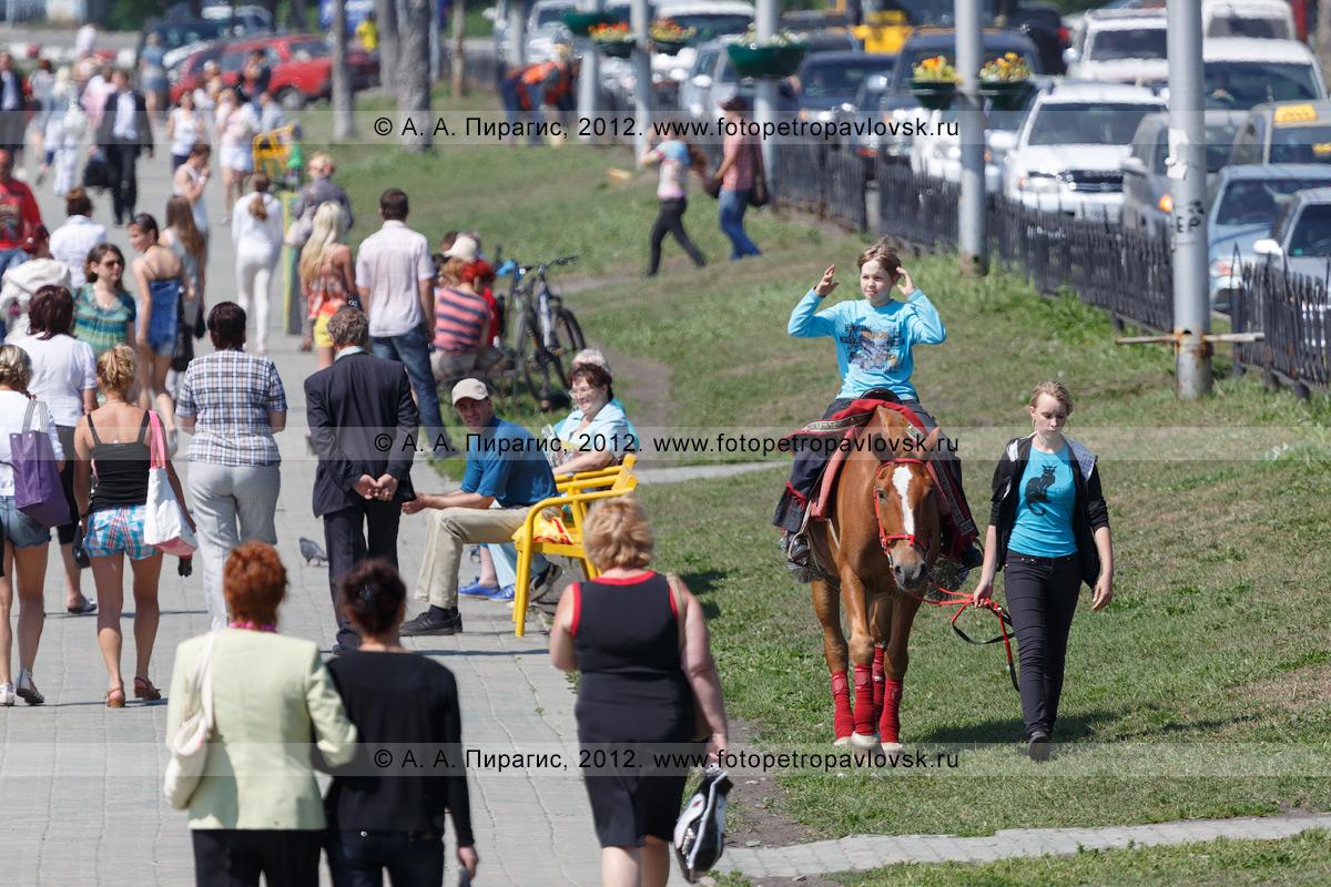 Фотография: прогулка на лошади по газону на Озерновской косе. Полуостров Камчатка, город Петропавловск-Камчатский