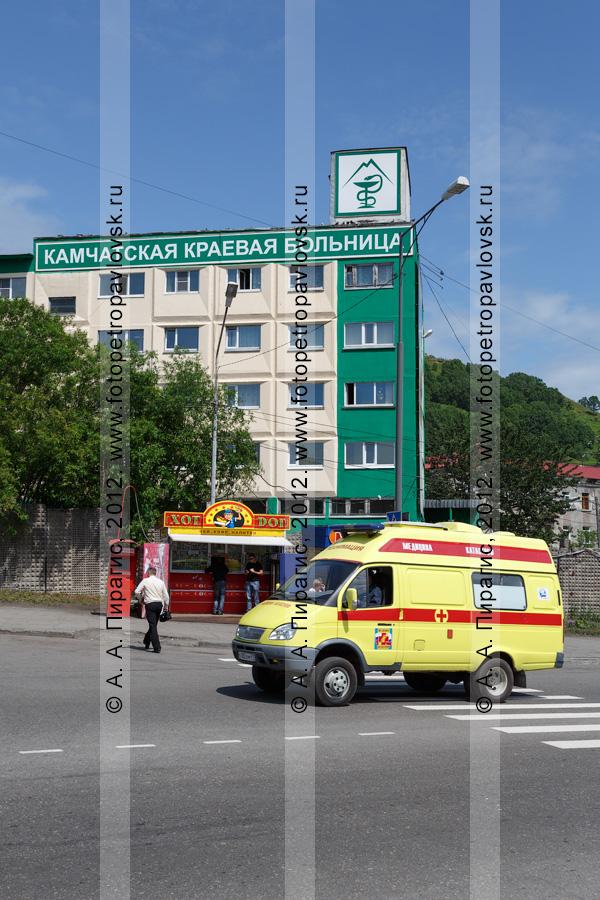 """Фотография: Камчатская краевая больница (бывшая Камчатская областная больница) и автомобиль """"медицины катастроф"""", движущийся по дороге"""
