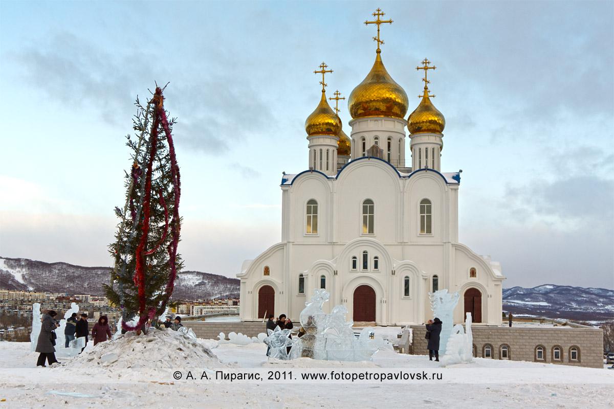Фотография: собор Святой Живоначальной Троицы в городе Петропавловске-Камчатском. На соборной площади — елка и ледовый парк