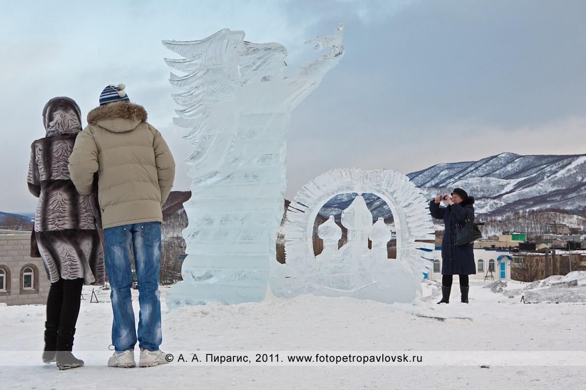 Фотография: скульптура изо льда (автор Денис Абдулин) возле собора Святой Живоначальной Троицы в городе Петропавловске-Камчатском