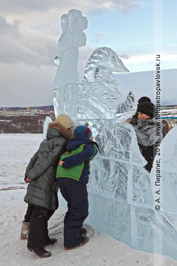 Фотография: в ледовом парке на площади у собора Святой Живоначальной Троицы в городе Петропавловске-Камчатском