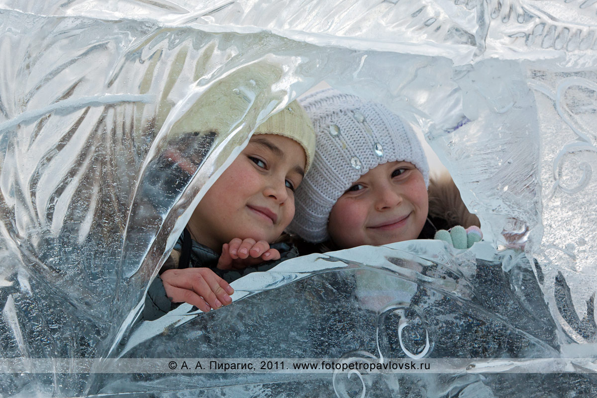 Фотография: возле ледовой скульптуры (автор Денис Абдулин) на площади собора Святой Живоначальной Троицы в городе Петропавловске-Камчатском