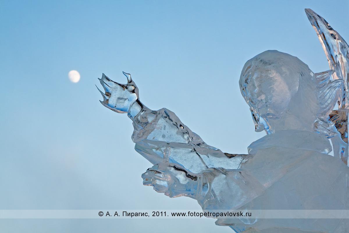 Фотография: фрагмент скульптуры изо льда (автор Денис Абдулин). Ледовый парк у храма Святой Живоначальной Троицы в городе Петропавловске-Камчатском