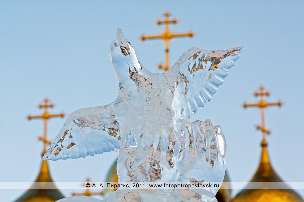 Фотография: фрагмент ледовой скульптуры (автор Денис Абдулин) на фоне куполов собора Святой Живоначальной Троицы в городе Петропавловске-Камчатском