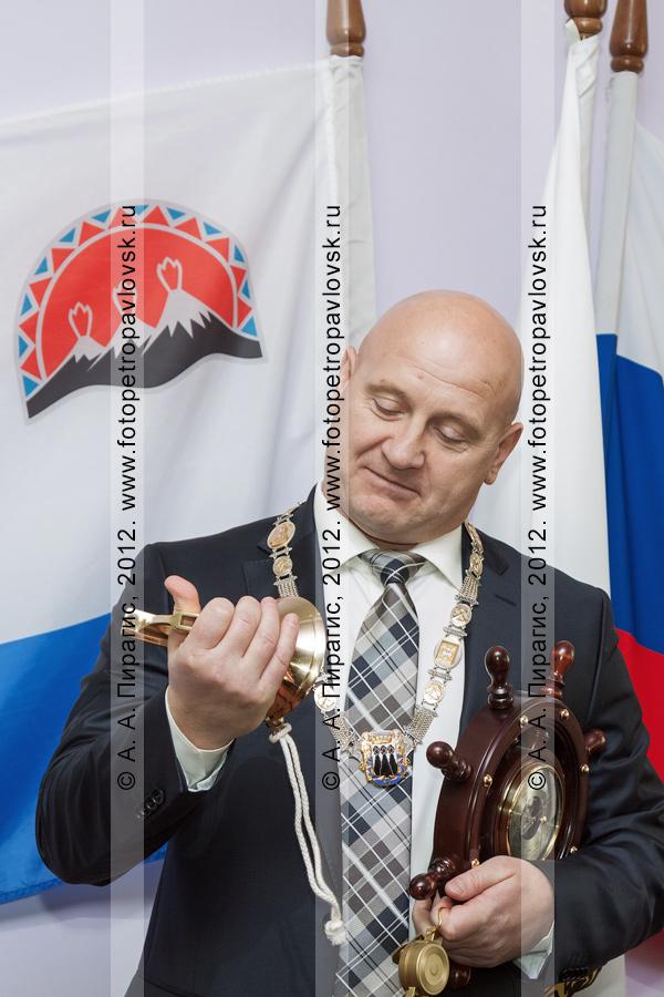 Фотография: глава Петропавловск-Камчатского городского округа Константин Слыщенко с колоколом, компасом и штурвалом