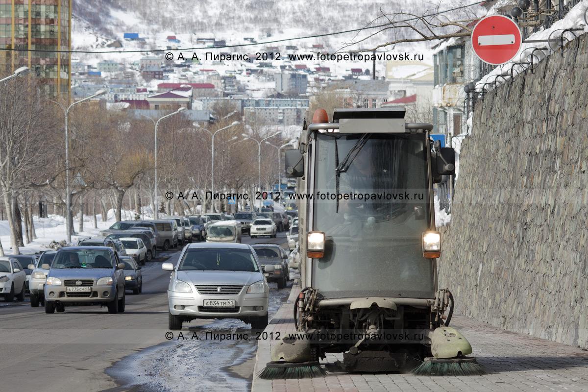 Фотография: вакуумная подметально-уборочная машина Johnston убирает мусор на тротуаре по улице Ленинской в центре столицы Камчатского края