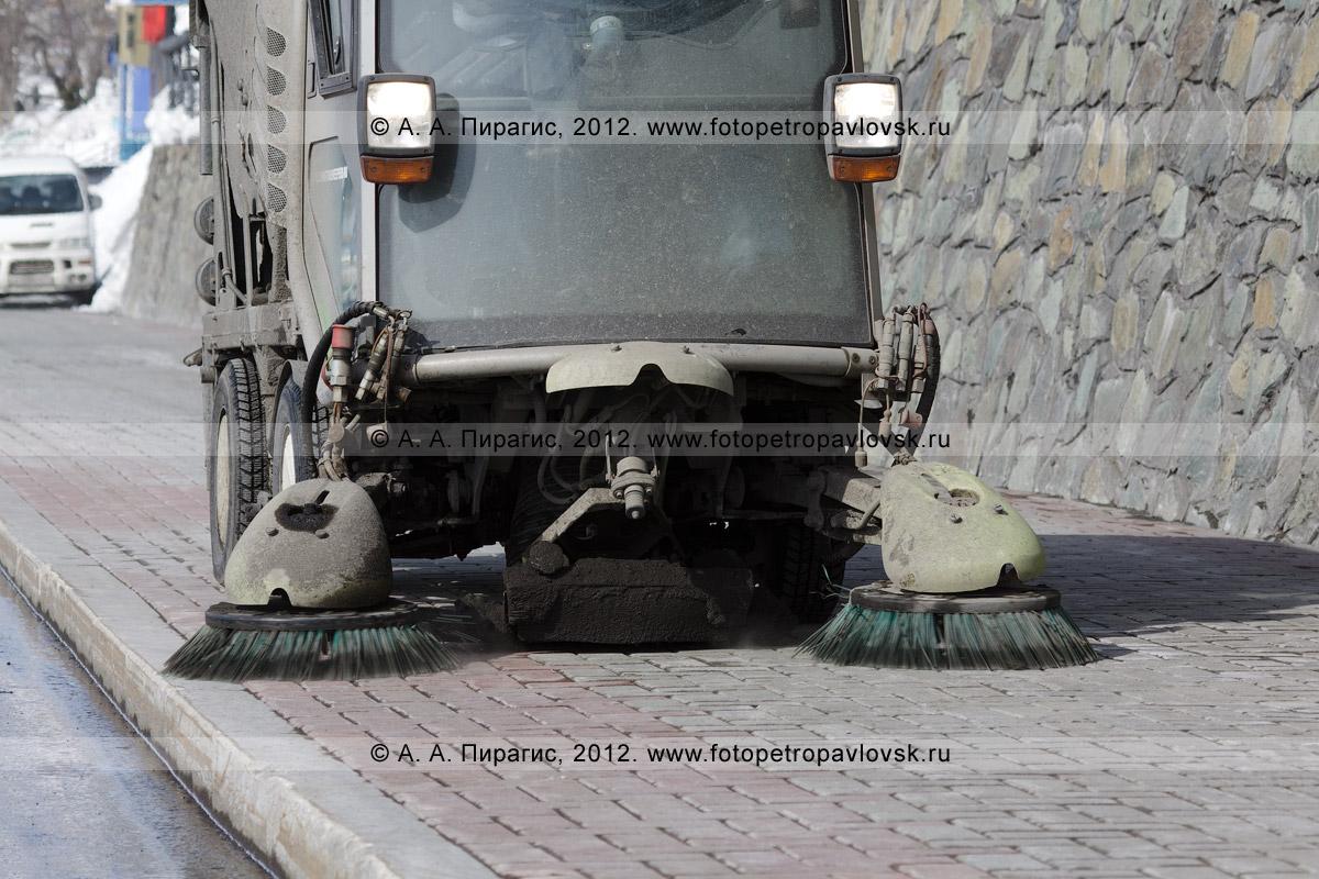 Фотография: работа вакуумной подметально-уборочной машины Johnston на тротуаре