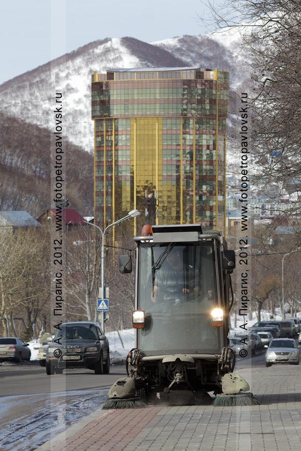 Фотография: вакуумная подметально-уборочная машина Johnston наводит порядок на тротуаре. Камчатский край, город Петропавловск-Камчатский