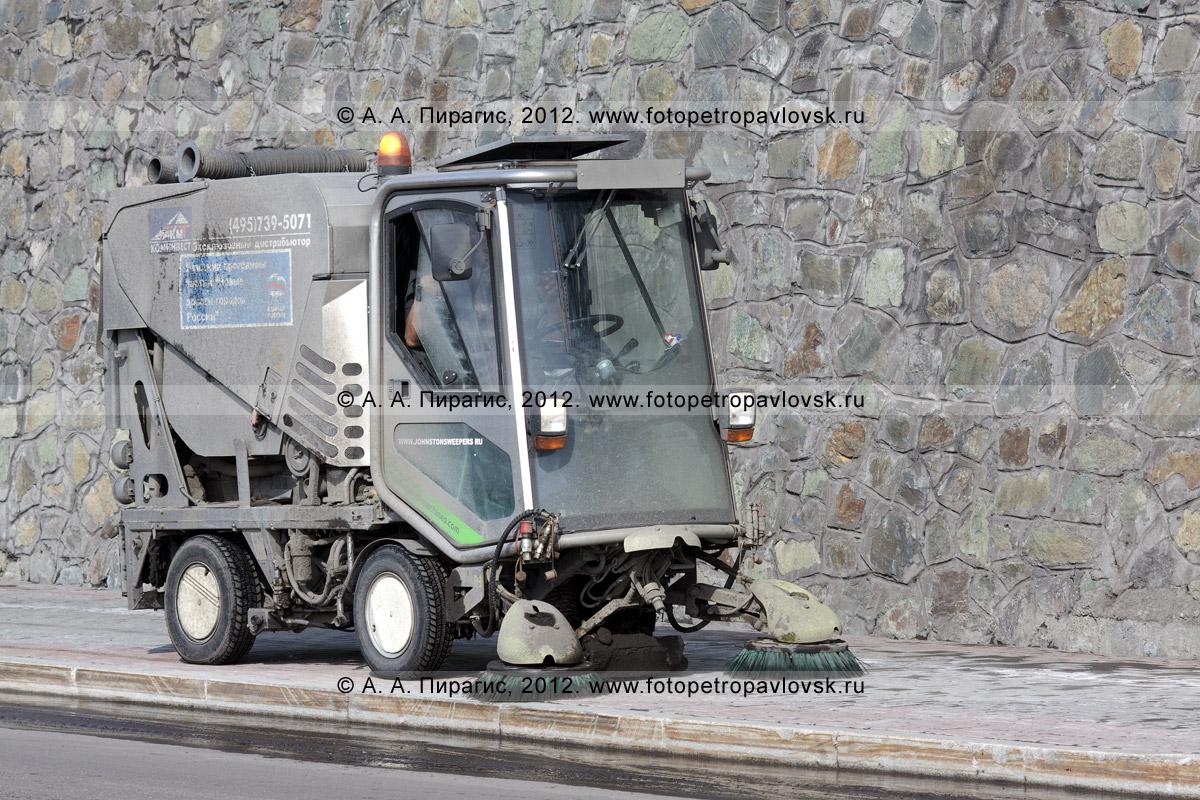 Фотография: вакуумная подметально-уборочная машина Johnston подметает тротуар в центре города Петропавловска-Камчатского