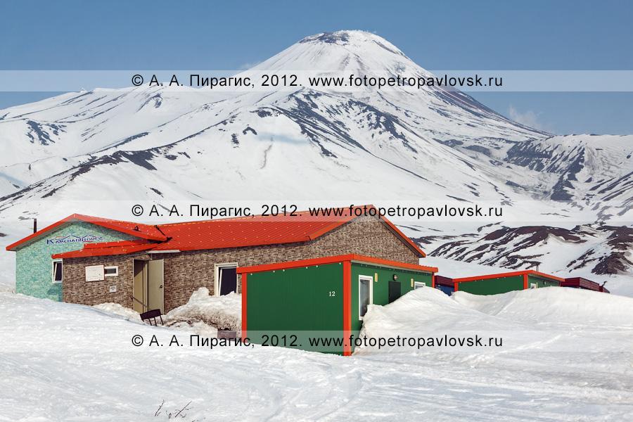 """Фотография: турбаза """"Камчатинтур"""" на фоне Авачинского вулкана. Полуостров Камчатка, Авачинский перевал"""