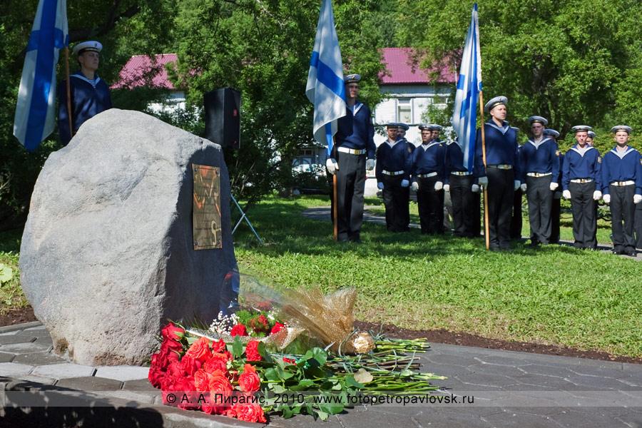 Фотография: закладной камень на месте будущего памятника (бюста) адмиралу Василию Степановичу Завойко — первому военному губернатору Камчатки
