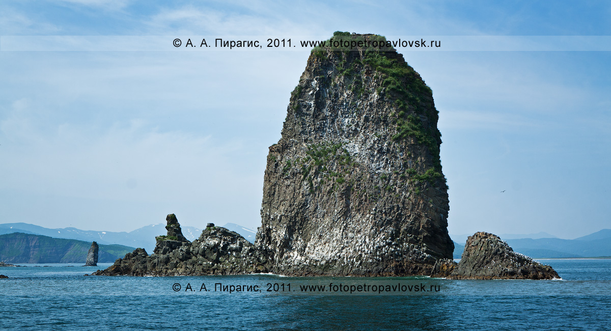 Фотография: кекур Караульный возле острова Старичков на Камчатке. Авачинский залив, Тихий океан
