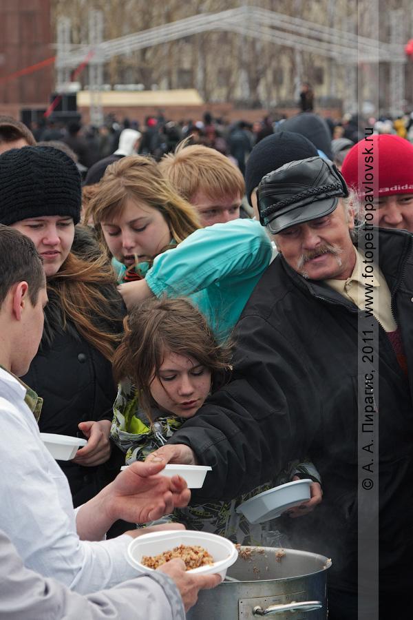 Фотография: 9 Мая — День Победы. Жители и гости Камчатского края угощаются солдатской кашей