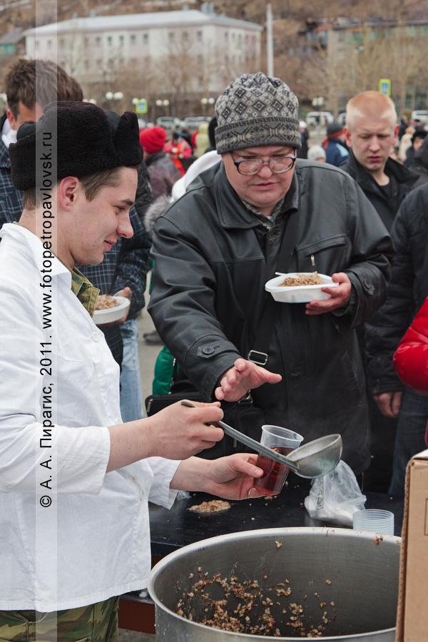 Фотография: 9 Мая — День Победы. Жители и гости Камчатки угощаются солдатской кашей и чаем