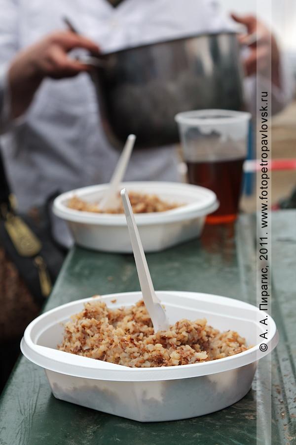 Фотография: солдатское угощение — каша и чай — для участников праздничных мероприятий в День Победы