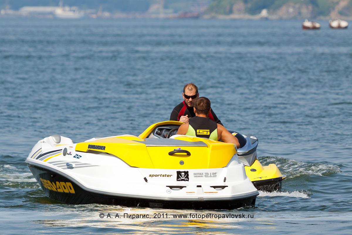 Фотография: катер и гидроцикл (водный мотоцикл). Полуостров Камчатка, Авачинская губа (Авачинская бухта)