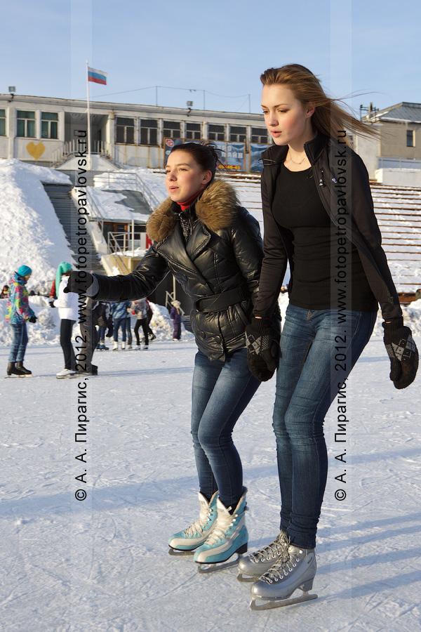 """Фотография: симпатичные камчатские девушки катаются на коньках. Каток, залитый на стадионе """"Спартак"""" в Петропавловске-Камчатском"""