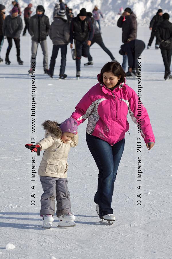 """Фотография: мама с дочкой катаются на коньках. Каток на стадионе """"Спартак"""", Петропавловск-Камчатский"""