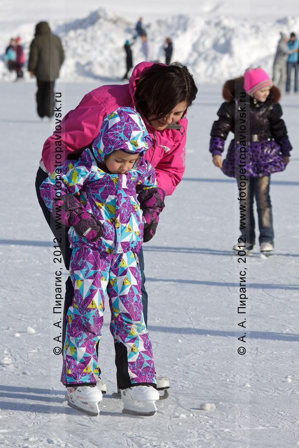 """Фотография: мама учит дочку кататься на коньках. Каток на стадионе """"Спартак"""", Петропавловск-Камчатский"""