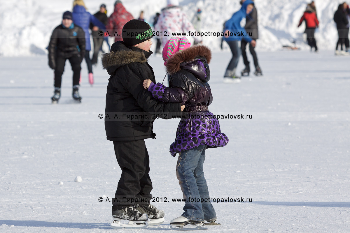 """Фотография: дети катаются на коньках. Каток на стадионе """"Спартак"""", Петропавловск-Камчатский"""