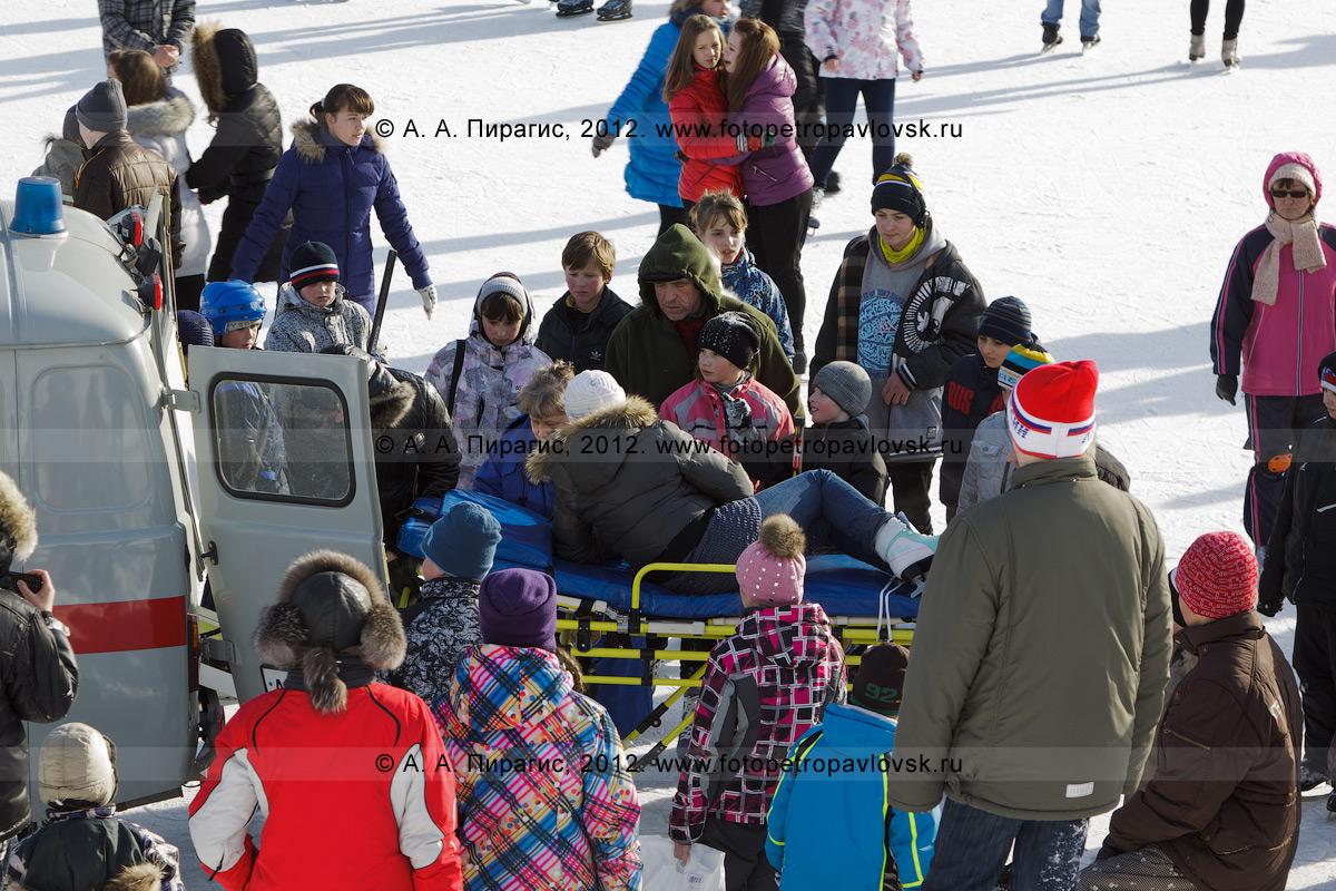"""Фотография: """"скорая медицинская помощь"""" забирает девушку, получившую травму во время катания на коньках. Каток на стадионе """"Спартак"""", Петропавловск-Камчатский"""