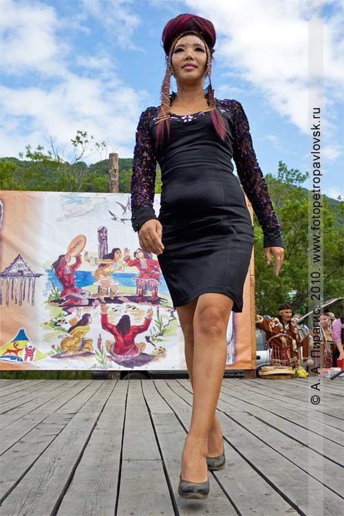 Фотография: дефиле победителя в конкурсе причесок. День аборигена на Камчатке