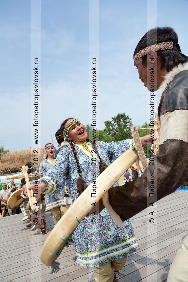 """Фотография: выступление камчатского молодежного национального танцевального коллектива """"Коритэв"""" в День первой рыбы"""