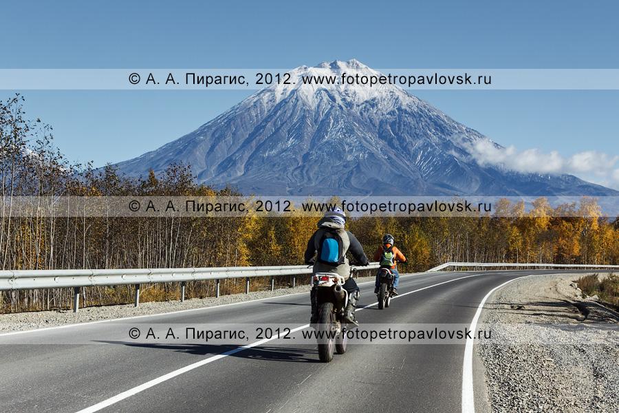 Фотография: мотоциклы мчатся по дороге на Корякский вулкан (Корякская сопка). Полуостров Камчатка