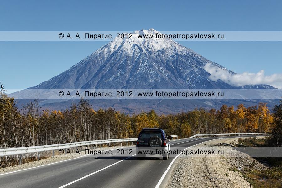 Фотография: внедорожник едет по автотрассе на Корякский вулкан (Корякская сопка). Полуостров Камчатка